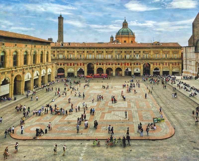 visitare bologna, cosa fare e vedere a bologna, un giorno, due giorni, itinerarioPiazza Maggiore vista dall'altro